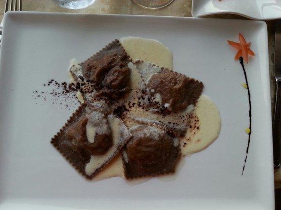 Ristorante Publius : Raviolo al cacao con salsa al parmigiano