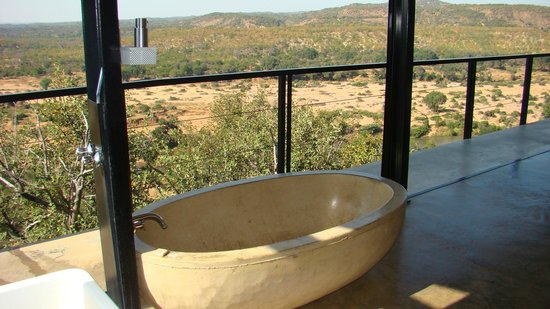 The Outpost : Bath with view