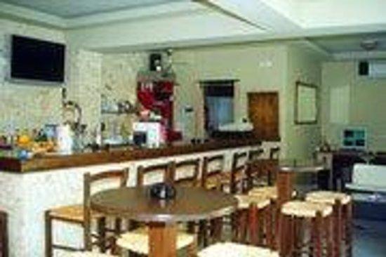 Matheos Apartments: Bar