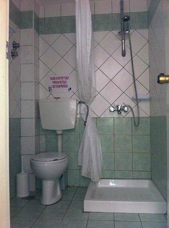Matheos Apartments: Shower and bath room