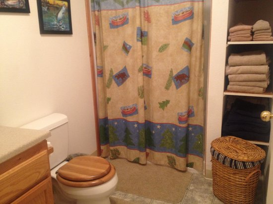 Kenai Lake Escape: Very clean rest room with all the necessary amenities
