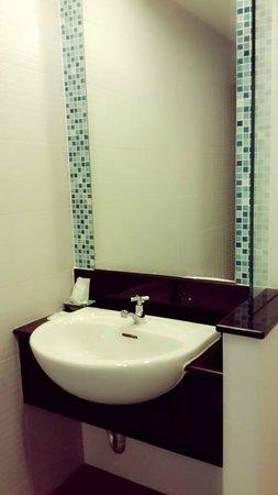 Napatra Hotel: ห้องน้ำ