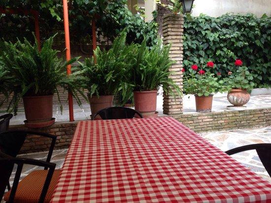 Taverna Ta Varelia: Nice garden