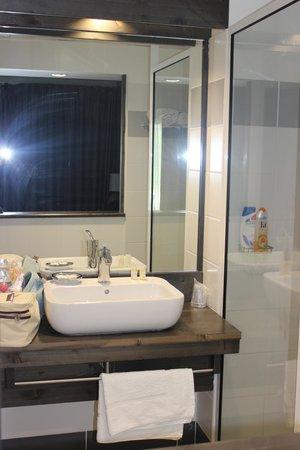 Hotel Bois Joli: Salle de bain avec grande douche italienne