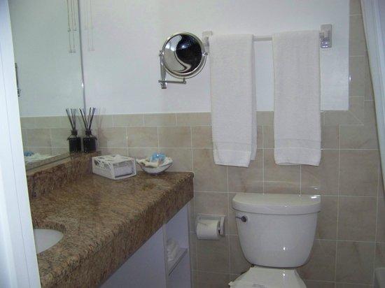 Blue Water Beach Club: bathroom