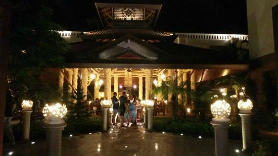 Shanaya Beach Resort & Spa: Hotel Entrance at Night