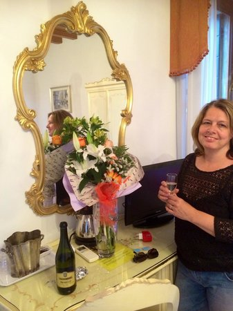Hotel Bernardi Semenzato: Flowers & Prosecco in the room x