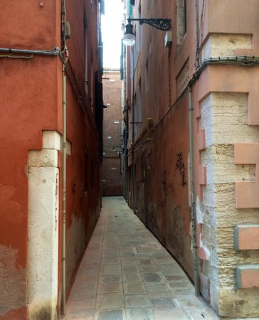 Hotel Bernardi Semenzato: The short alley joining the Annex