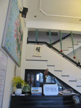 Jade Hotel: Reception and stairs to the upper floors