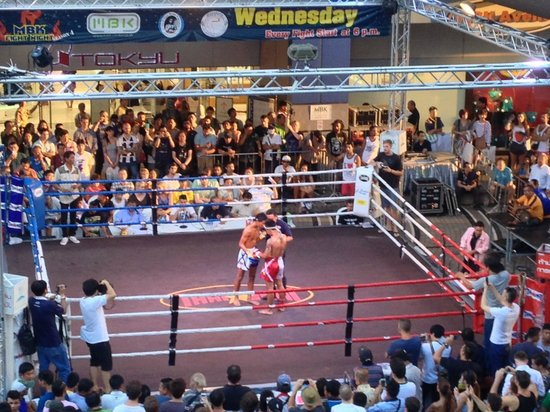 MBK Center (Ma Boon Khrong Center): Wednesday night fight