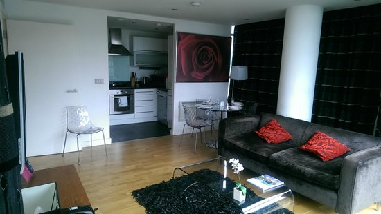 Blue Rainbow ApartHotel - Manchester Central : Lounge and kitchen