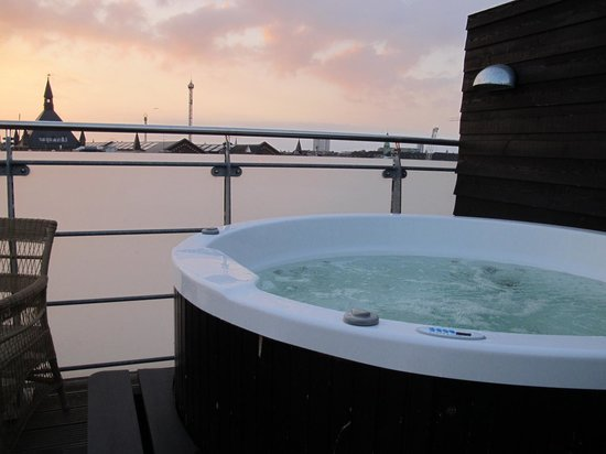 Axel Guldsmeden - Guldsmeden Hotels : Boblebadet på den private tagterasse med solopgangen