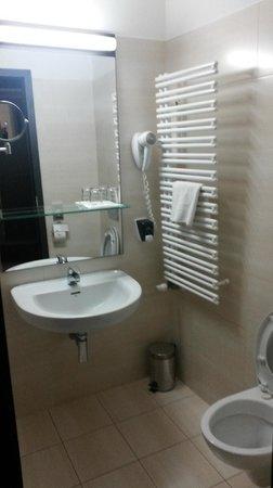 CE Plaza Hotel: Bathroom