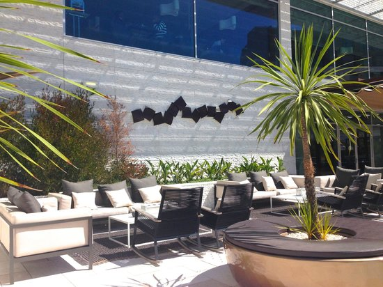 EPIC SANA Lisboa Hotel : Green lounge-bar-terrace on lobby floor