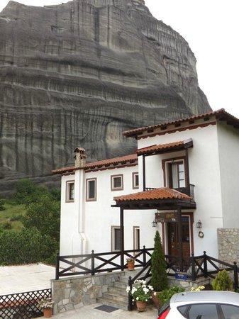 Pyrgos Adrachti: l'albergo dall'esterno
