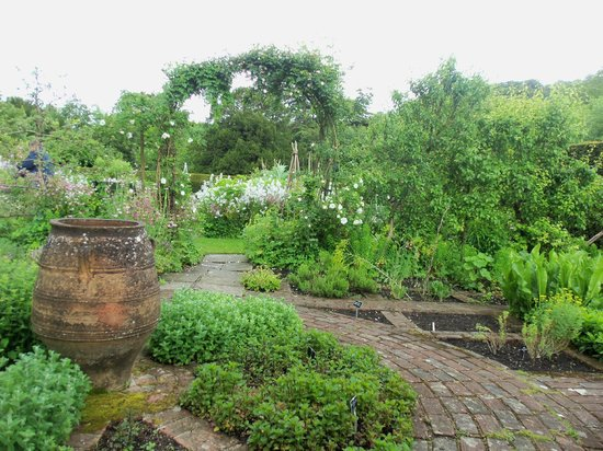 Gilbert White's House & The Oates Museum: Garden of Six Quaters
