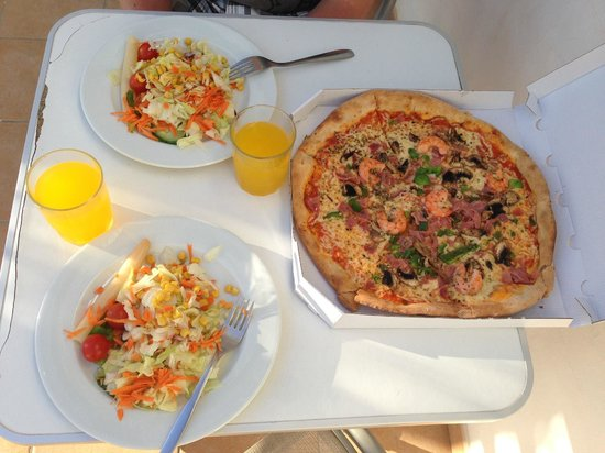 Nico's Parque Tropical : Pizza & mized salad for take away
