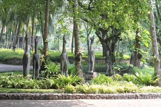 Aryaduta Lippo Village : The entrance landscaping