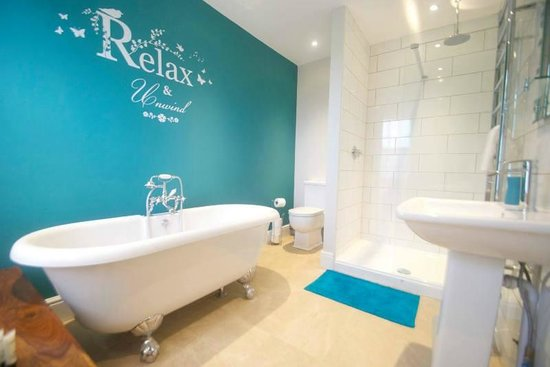 The Crown At Broad Hinton: Relax & Unwind - The Family Bathroom