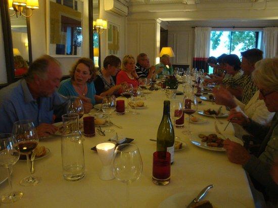 Restaurant de l'Ermitage de Corton: ruime tafel