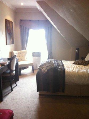 Fraser Suites Edinburgh: Our original room, 7th floor, too hot!