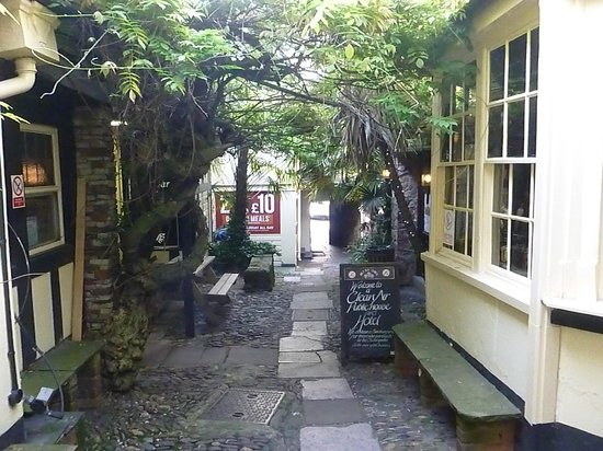 White Hart Hotel: Passage between bar and Hotel