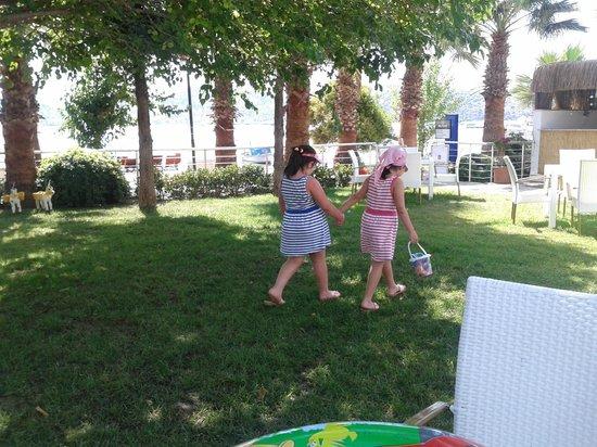 Milport Hotel: Milpointin bakımlı bahçesinde kızlarım özgürce oyun oynadılar ve vakit geçirdiler