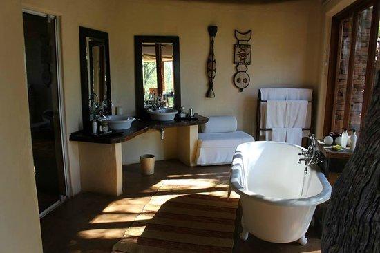 Sanctuary Makanyane Safari Lodge : Stunning bathroom