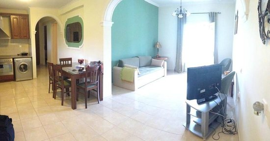 Dimitris Luxury Apartments: Sitting room and kitchen