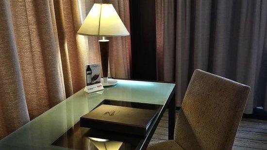 Zenith Sukhumvit Hotel Bangkok : A working desk in Hemingway Executive Room