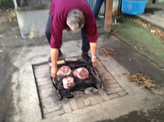 Kohutapu Lodge & Tribal Tours: Preparing the delicious hangi