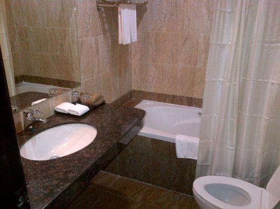 Almond Hotel Phnom Penh: Bath