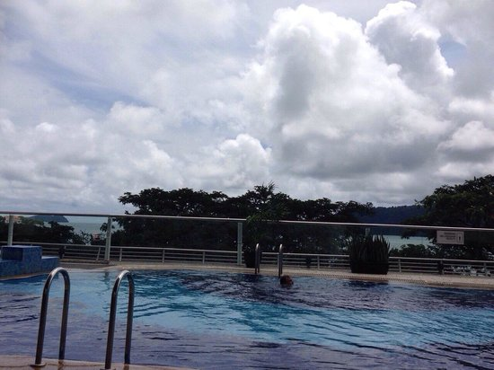 Le Meridien Kota Kinabalu: Hotel swimming pool