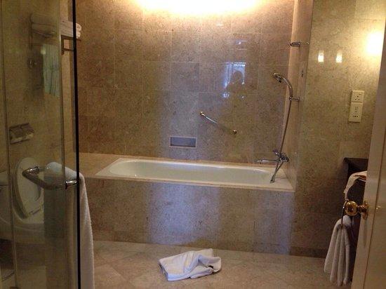 Le Meridien Kota Kinabalu: Bath room
