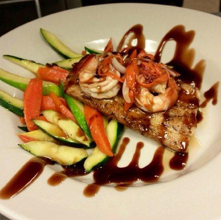 Flames Seafood Grill & Bar: Balsamic glaze mahi mahi & shrimp