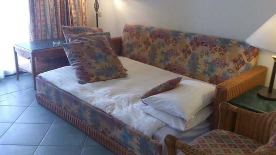 Island View Resort: Sofa bed in room 260