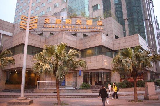 Tianfu Sunshine Hotel : Вид с улицы
