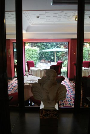 Hotel Regency: Dining and garden