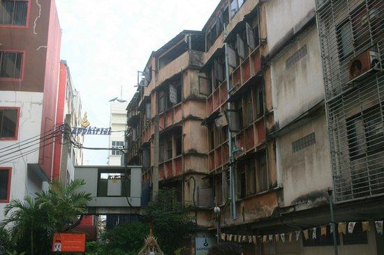 Silom Avenue Inn: Il palazzo di fronte all'hotel