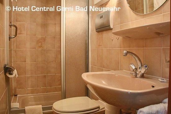 Hotel Central Garni: Badezimmer der Einzelzimmer zur rückwärtigen Seite