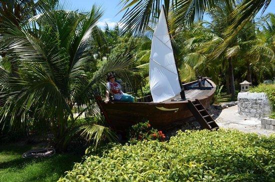 Diamond Bay Resort & Spa : Парусник на территории отеля