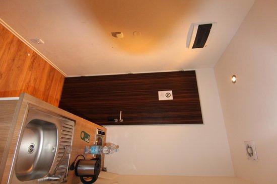 Hotel PurPur: Вход, кухня