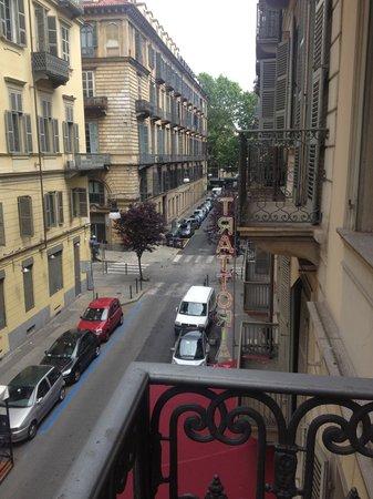 Hotel Urbani : Via Saluzzo vista dal balcone della camera 203