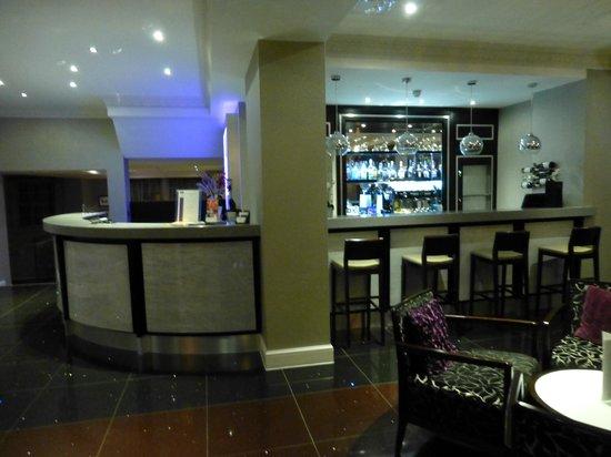 The Belgrave: Lobby mit Bar und Empfangstresen