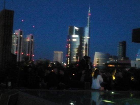 vista sullo skyline di Milano - Foto di Ceresio 7 Pools & Restaurant ...