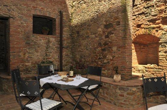 Antica Casa Naldi: in the court yard