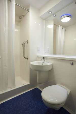 Travelodge Manchester Piccadilly Hotel: Bathroom with shower