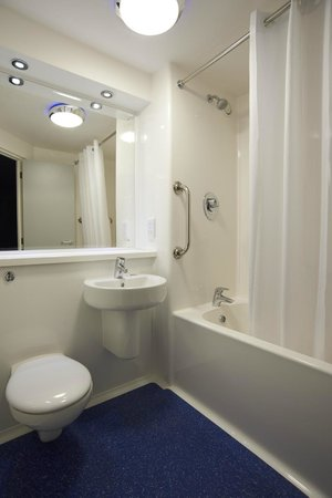 Travelodge Manchester Piccadilly Hotel: Bathroom with bath