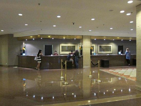 Hilton Shanghai: Reception Desk