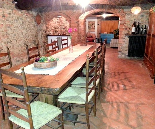 Antica Casa Naldi: large table in the basement room